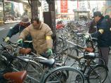 三軒茶屋で放置自転車の整理