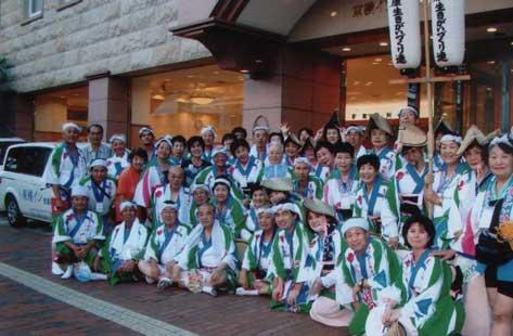 阿波踊りと人生講演会開催。全国アドバイザーによる阿波踊りユカタを着ての集合写真